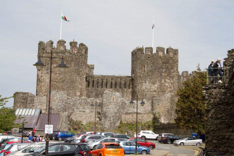 Conwy Castle, Wales.  Blick auf die westliche Barbakane mit dem Burgtor und der Maschikuli-Reihe