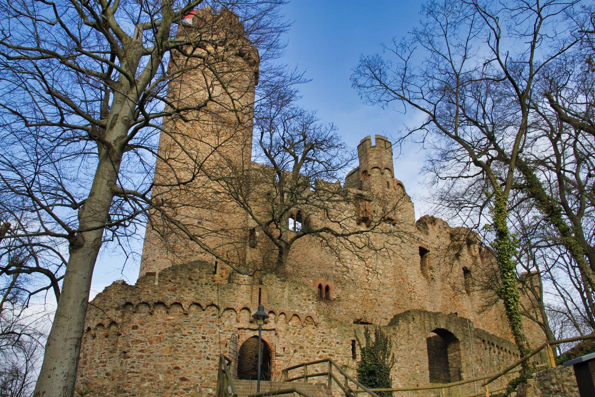 Gesamtanlage. links das wohl ursprüngliche Burgtor mit Wehrerker und Zugbrückennut, rechts das später eingefügte Tor (zu erkennen der Bruch am Rundbogenfries), dahinter das Tor zum Burghof, ebenfalls mit Wehrerker und Tourelle.