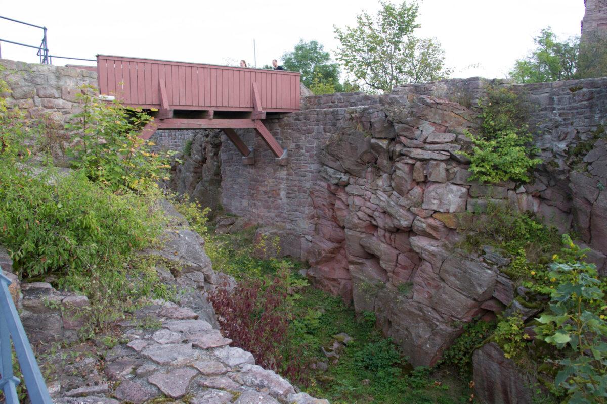 Graben und Brücke