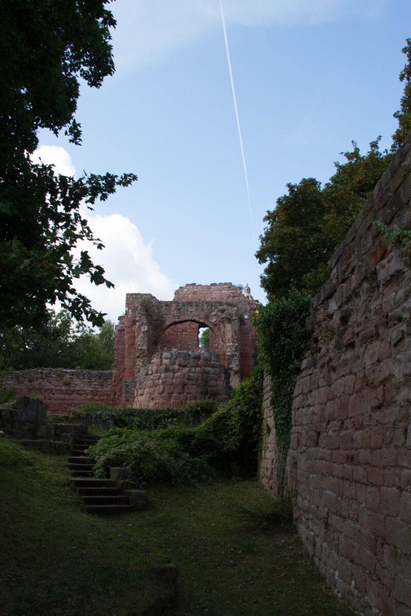 Ringmauer (rechts) und Apsis der Kapelle der Unterburg
