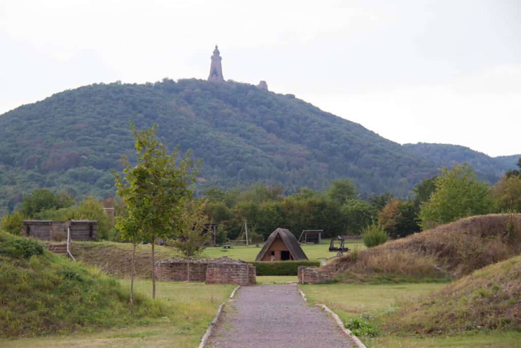 Kyffhäuserburgberg, von der Königspfalz Tilleda aus gesehen.
