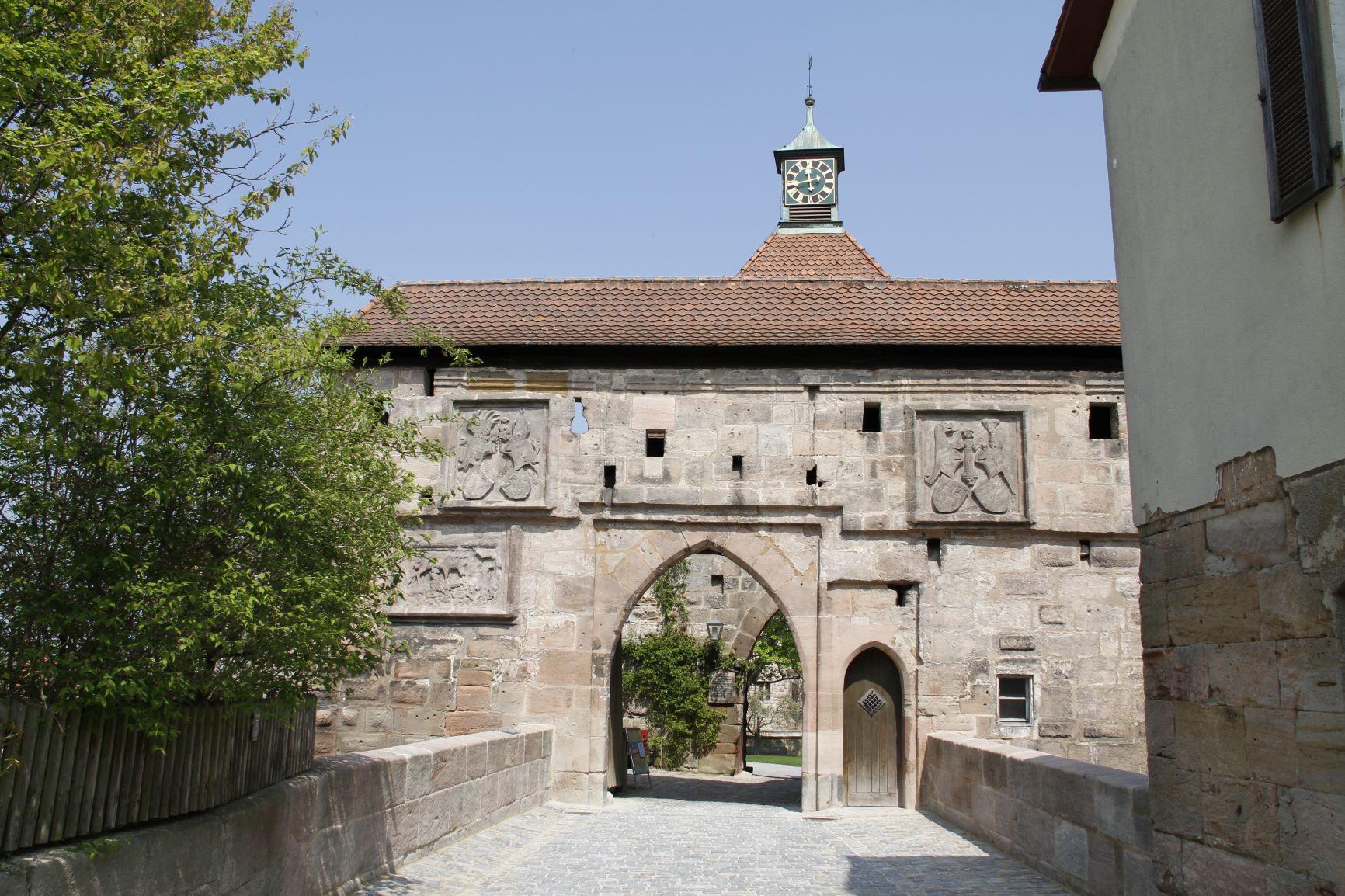 Burgtor mit Wappen, Zugbrückennische und Mannpforte